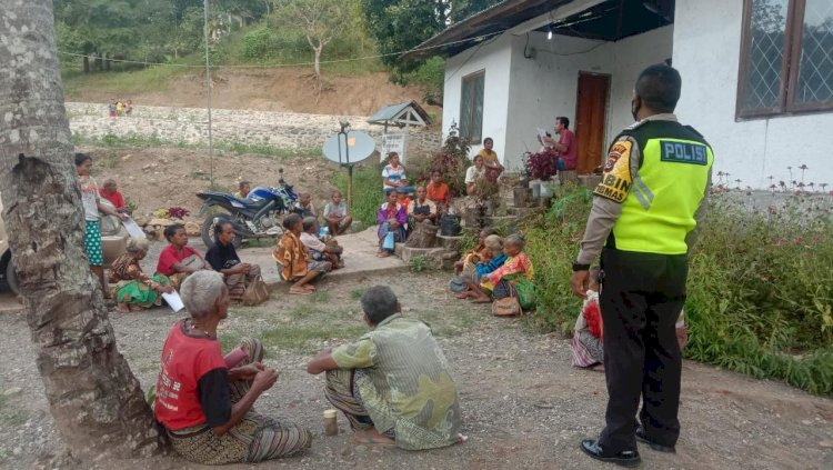 Bripka Stef Laksanakan Pengamanan Penyaluran Bantuan Kepada 53 Penerima