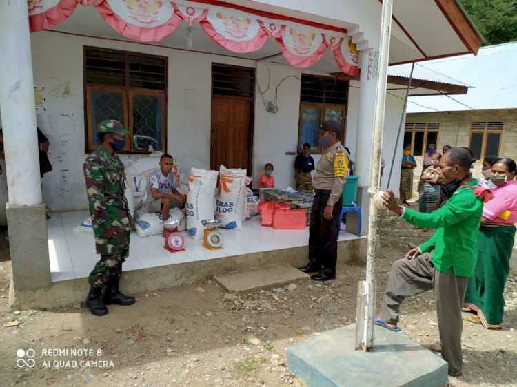 Bhabinkamtibmas Usapinonot Bersama Bhabinsa lakukan Pengawasan Penyaluran Sembako