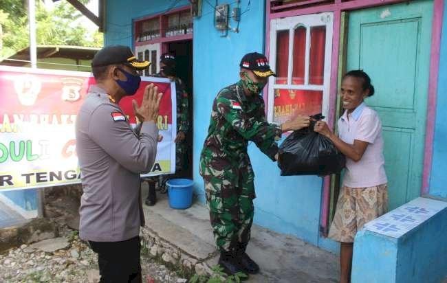 Sinergitas Solid, TNI-Polri di TTU Terus Bergerak Bagi Sembako ke Warga Terdampak Covid-19
