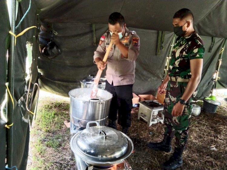 Kunjungi Posko Korban Banjir, Bhabinkamtibmas Siapkan Makanan Untuk Para Korban