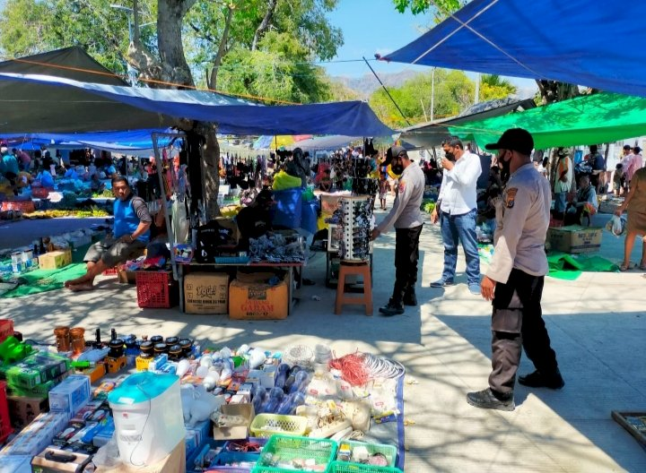 Pengunjung Pasar Padat, Polsek Insut Rutin Lakukan Operasi Prokes