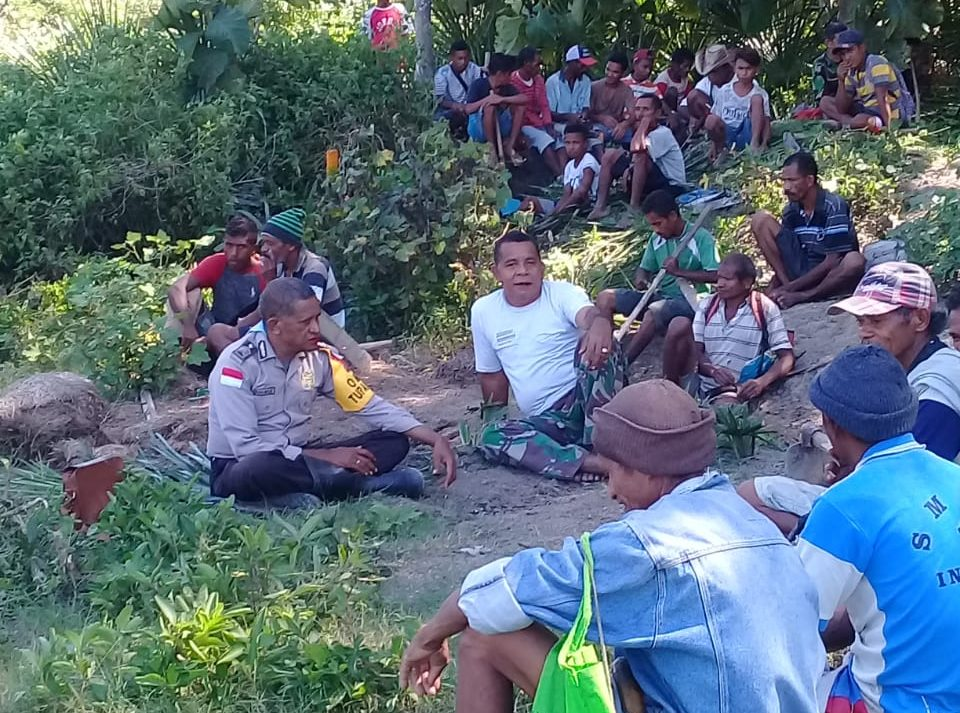 Bersama para Petani, Bripka Agus Bole bersikan saluran air