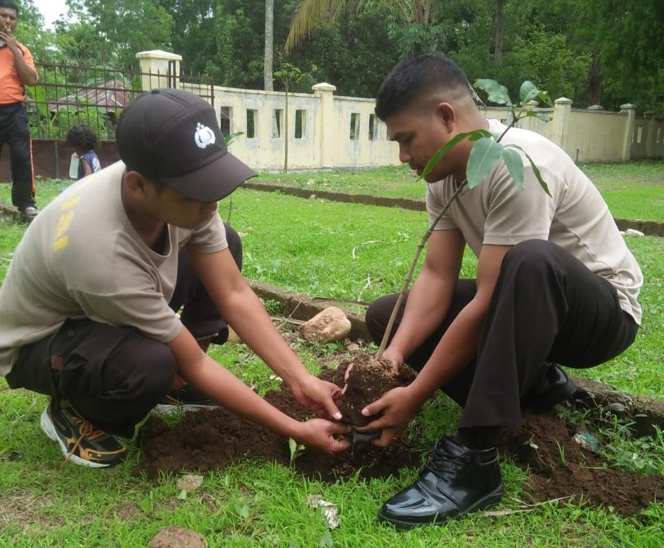 Dukung Program Kapolri, Polsek Bisel Tanam 22 Pohon